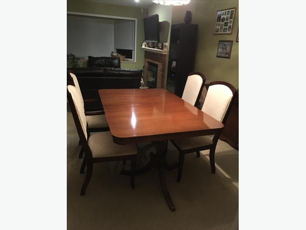 Knechtel Dining Room Table With 4 Chairs