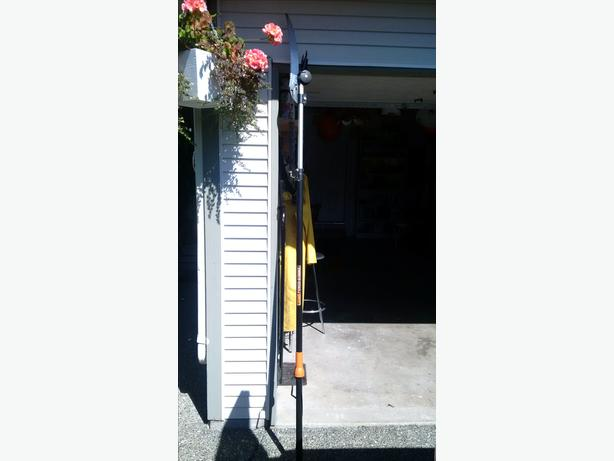 FISKARS CHAIN DRIVE EXTENDABLE POLE SAW & RUNER 12 ft
