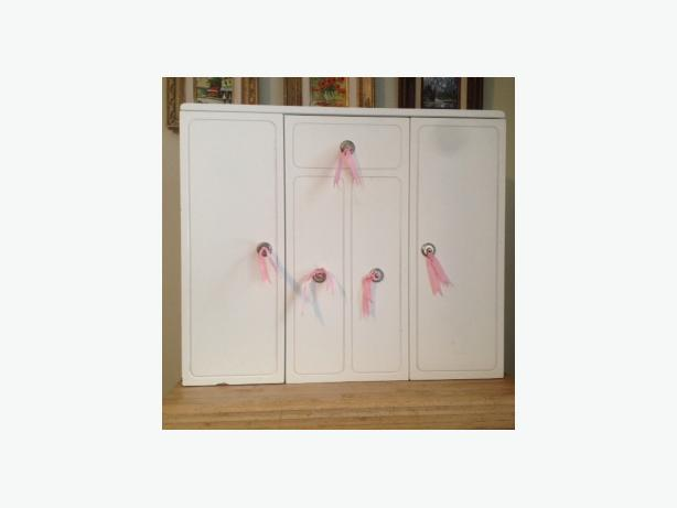 WHITE DOLL/JEWELRY/COLLECTIBLE CABINET/FURNITURE