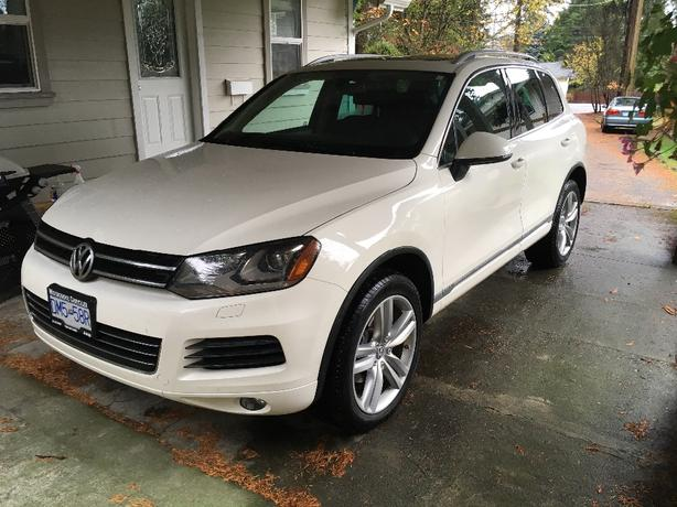 2012 Volkswagen Touareg with extended warranty!