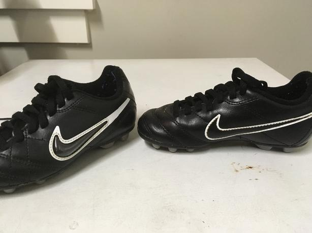 NIKE SOCCER CLEATS 11 CHILDRENS