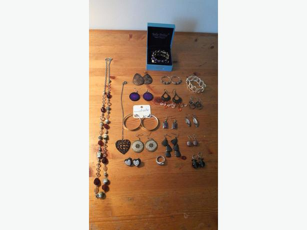 EARRINGS, NECKLACES AND BRACELETS