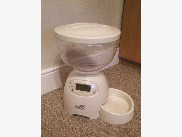 Automatic pet feeder never used