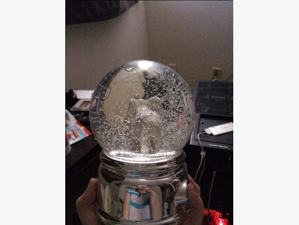 MOM AND BABY MUSICAL SNOW GLOBE