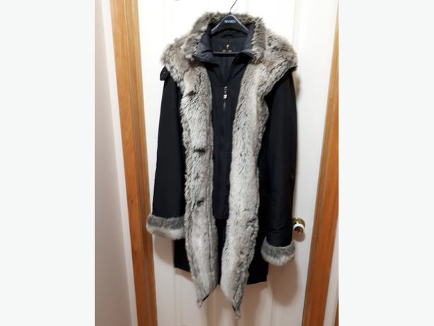 FULL LENGTH LADIES WARM WINTER COAT. ATTRACTIVELY