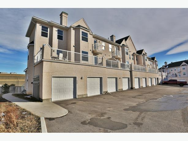 Lovely 2 Bed (Both With Ensuites) Townhouse In Okotoks