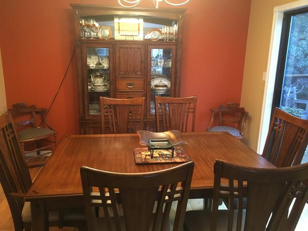 URGENT MOVING TO KELOWNA 1000 OR BEST 0FFER Mission Hill Dining Room Suite
