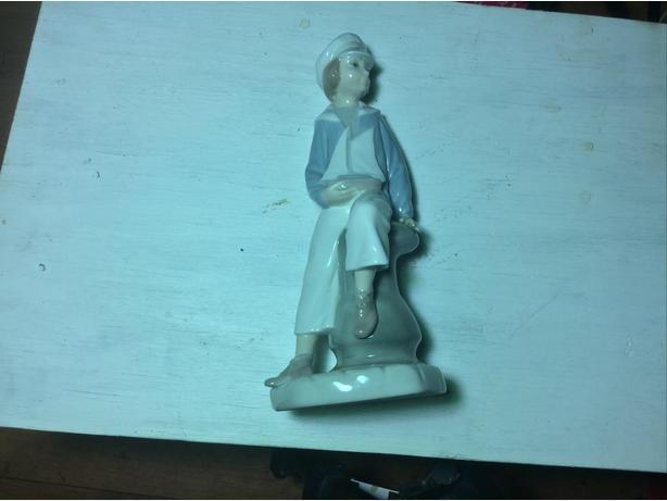 "Llandro figurine "" boy with yacht """