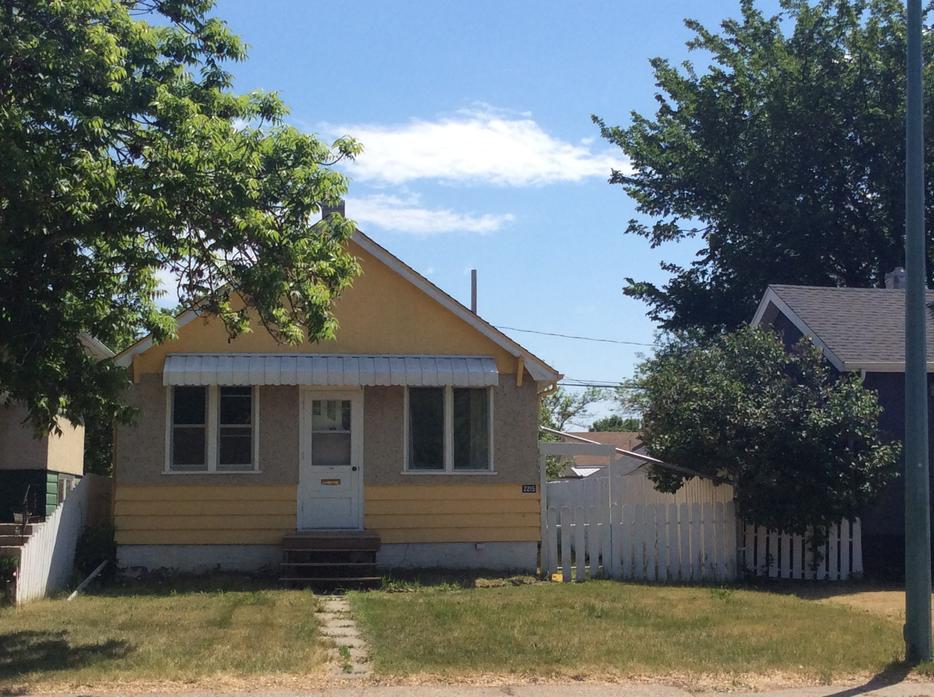 Cute house for rent with 2 1 2 car garage east regina regina for Rental garages