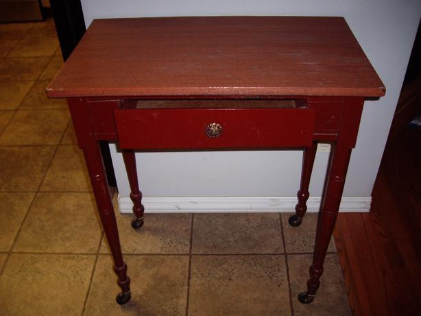 TABLE WITH DRAWER AND LEGS HAVE CASTORS