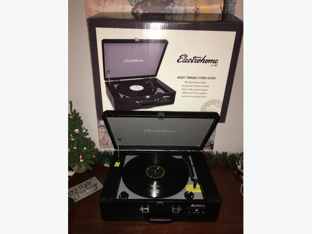 Electrohome Archer Case Style Turntable with bulltin speakers