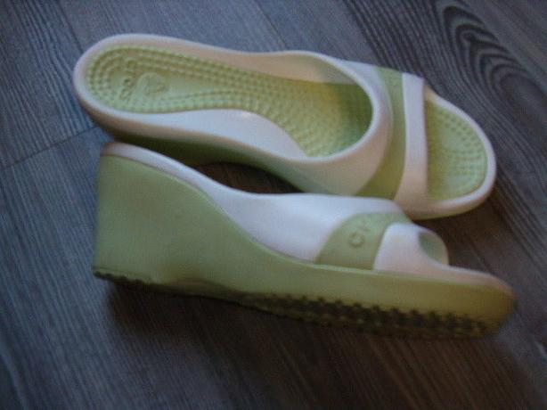 woman sandals , Crocs,size 7,cros-lite comfort
