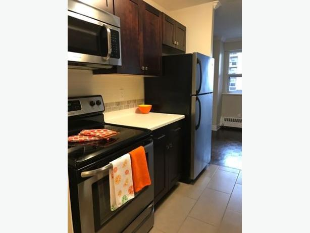 Beautiful 2 bedroom available immediately downtown Burlington!