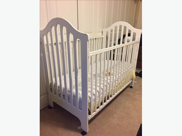 Fisher Price Wood Baby Crib/ Toddler bed and mattress