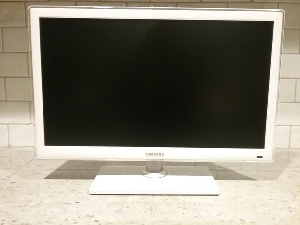 """White Samsung 22"""" TV / Monitor"""