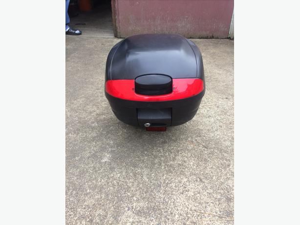 Motorcycle/scooter locking trunk