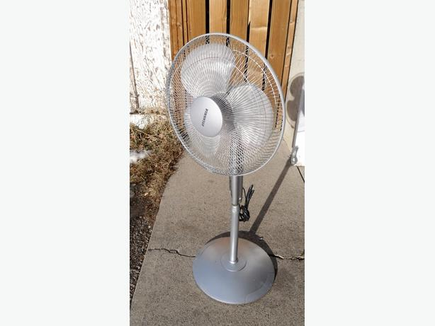 """SYLVANIA 16"""" FAN ON STAND"""
