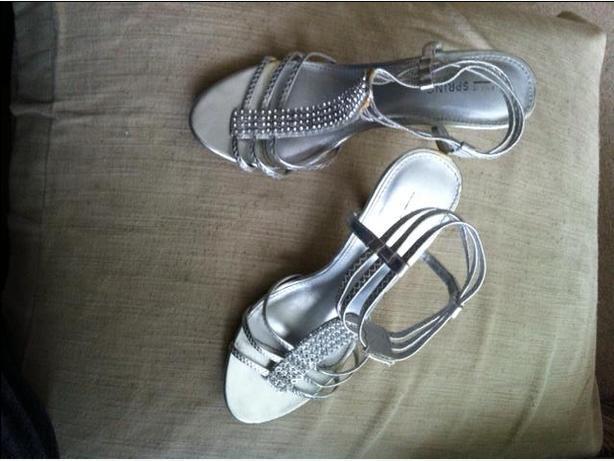 "Ladies sz 7 Silver & Jewel ""Call it Spring"" Sandals"
