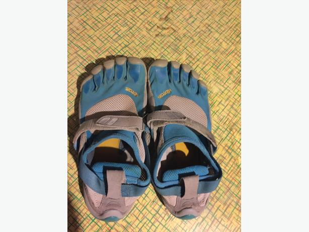 Ladies size 6 VIBRAMS Only used a few times...like new