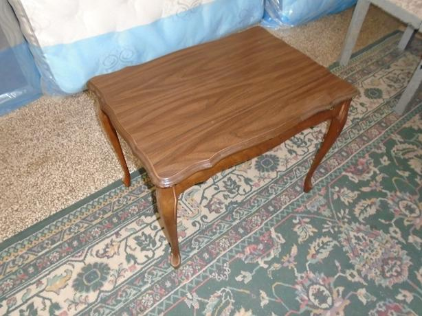 GOOD CONDITION SOLID WOOD QUEEN ANNE END TABLE