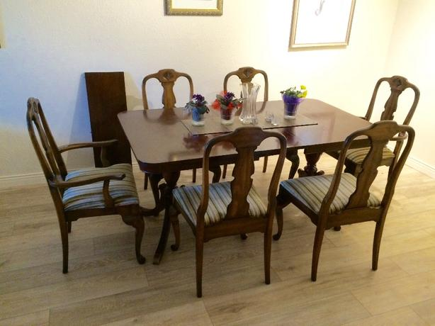 Mahogany Table And Six Queen Anne Style Chairs