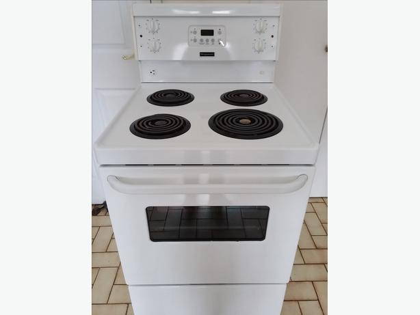 Frigidaire 24'' apartment size stove  ''Like New Condition''