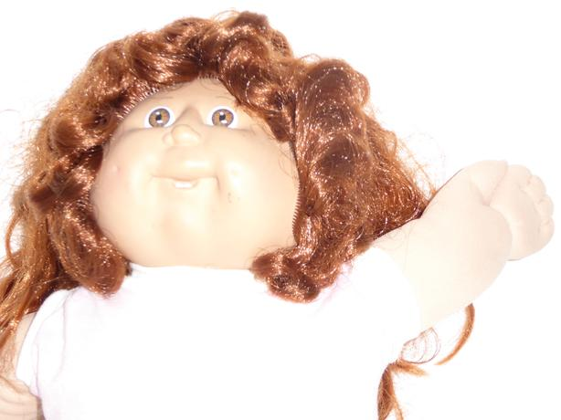 VINTAGE 1980s CABBAGE PATCH KID DOLL WITH CLOTHES, TOTE BAG & DISHES