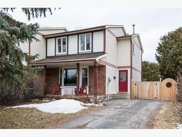 lovely 3 Bdrm, 1.5 Bath corner lot home in Kanata