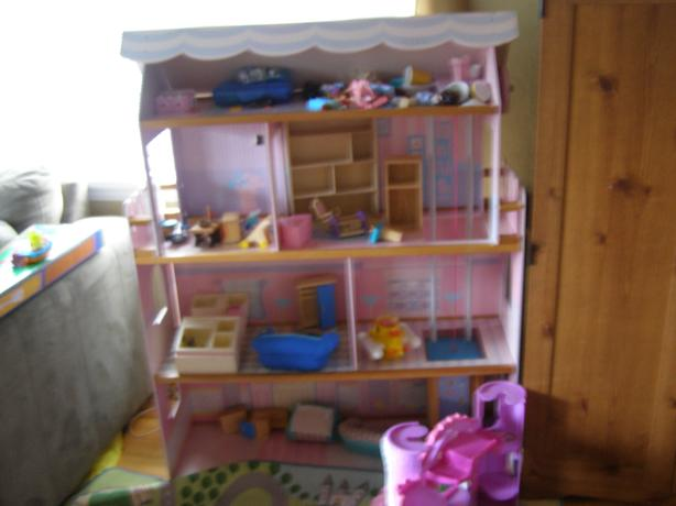 LARGE BARBIE/DOLL HOUSE WITH ELEVATOR AND FURNITURE