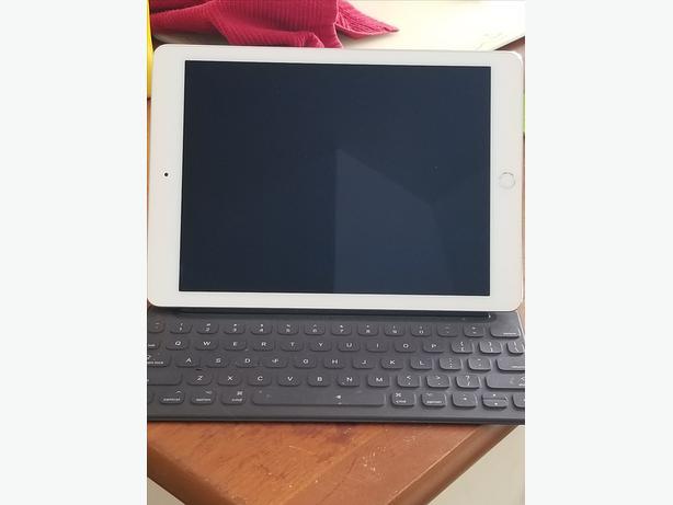 REDUCED! Apple iPad Pro w/Smart Keyboard