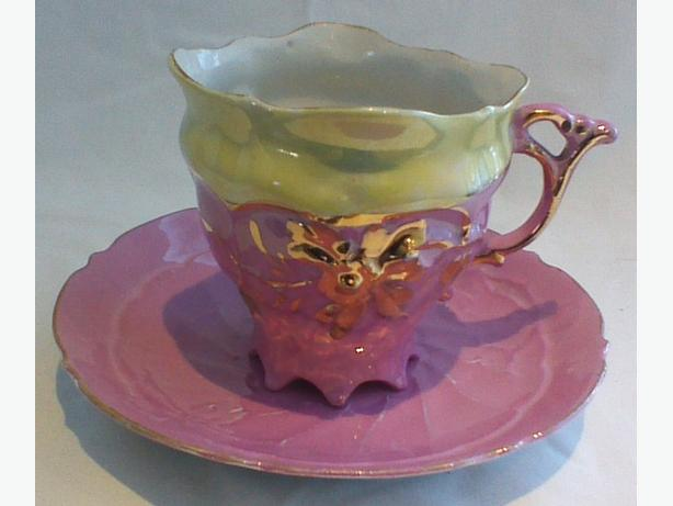 Embossed multi-toed teacup & saucer