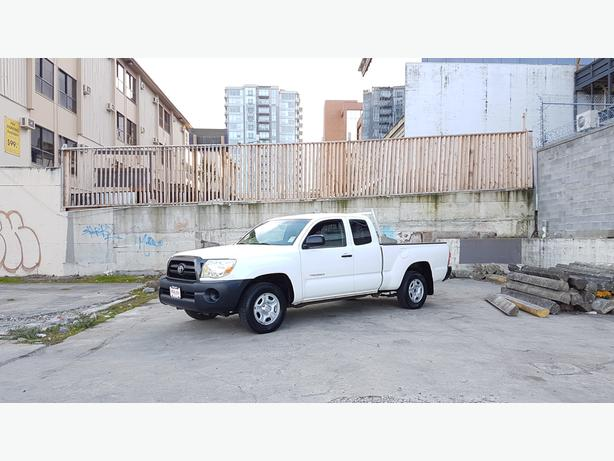 ** 2005 TOYOTA TACOMA 4 DOOR ACCESS CAB (( ONLY 121,000KMS ))