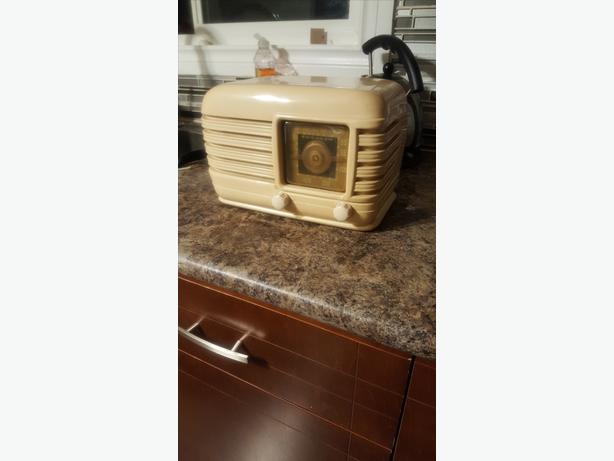 VINTAGE CROSLEY COLLECTORS EDITION RADIO and tubes