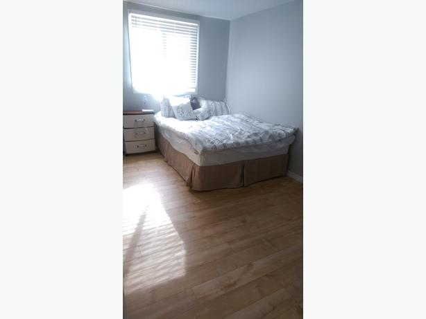 Master bedroom, 10 min walk to UofR. Has parking