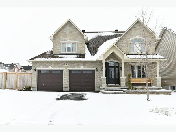 EXCLUSIVE LISTING. 5 BED FAMILY HOME IN RUSSELL. CORNER LOT. TURNKEY!