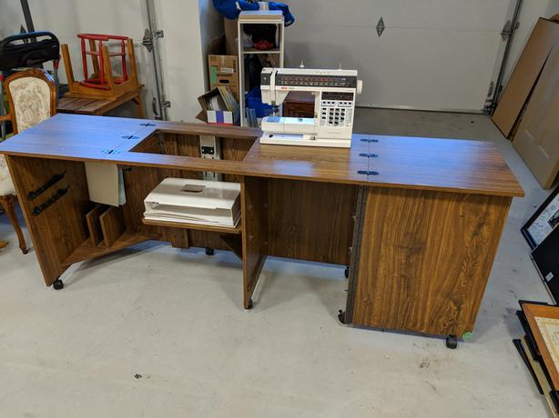 Extendable sewing table