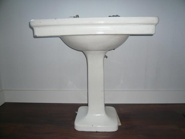 Farmhouse pedestal sink
