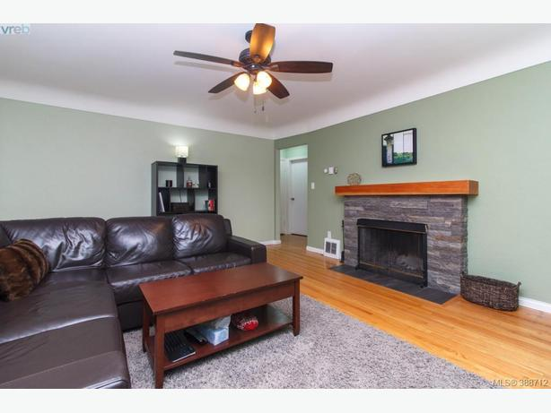 Beautiful & Clean Mt. Tolmie Home w/ 2 Bed Lower Suite