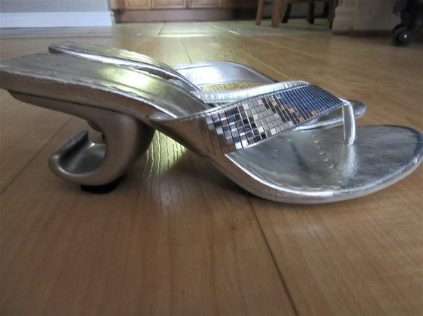 SILVER THONG SHOES WITH FUNKY CURVED HEEL