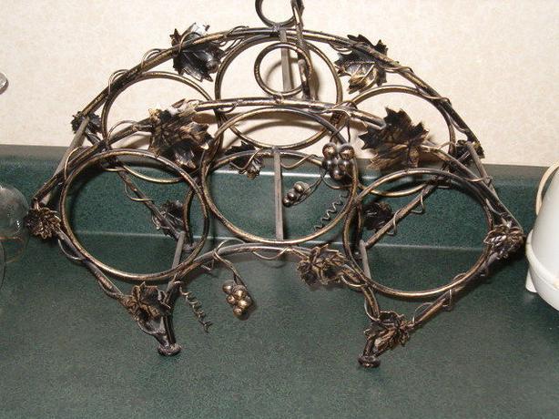 grape leaf accents design wine metal holder.