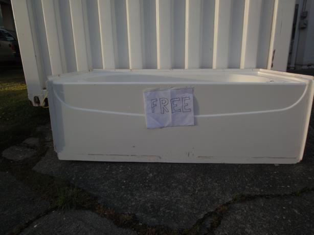 FREE: Acrylic Hytec Bathtub Victoria City, Victoria