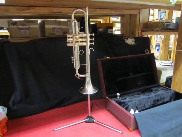Holton Symphony T101 silver finish trumpet with portable stand