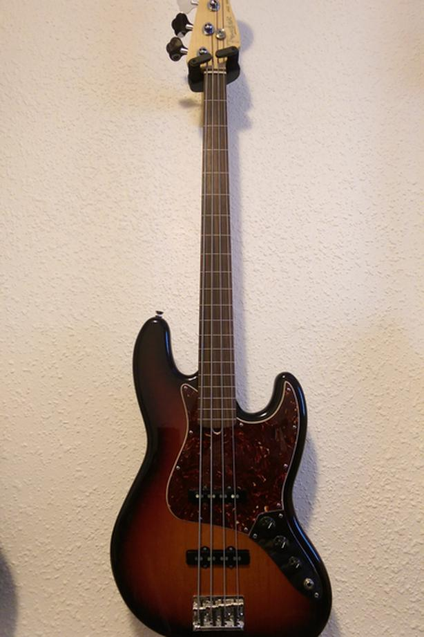 Fender American Standard Fretless Jazz Bass three tone sunburst