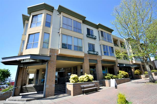NEW LISTING: Fantastic Top Floor Condo in 5 Corners, White Rock