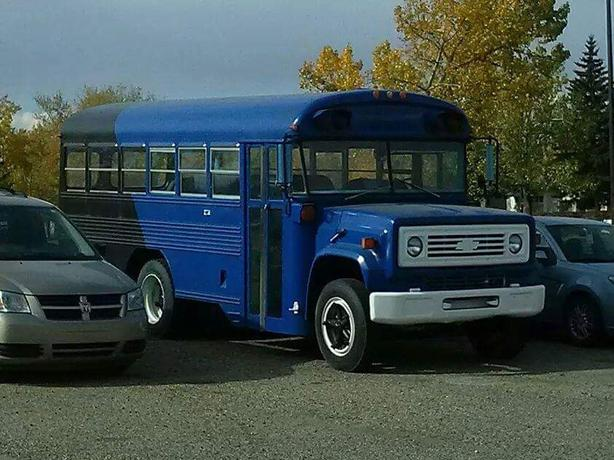 School bus Chevy s6000 in beautiful condition