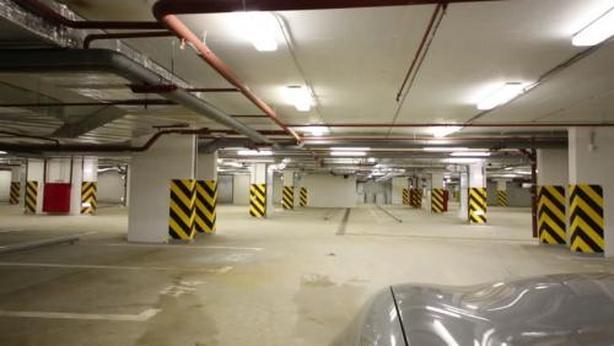 Stationnement intérieur et extérieur pres de l'aéroport.