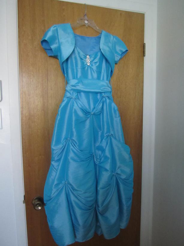 Jolie robe bleue Élegante de taille 14 avec broche argent