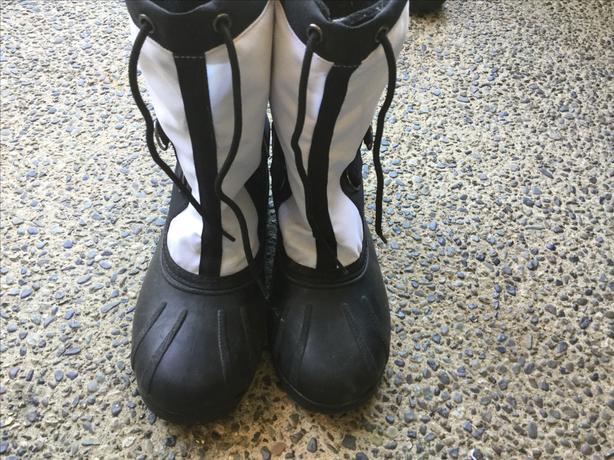 BOYS/GIRLS SIZE 6 Snowboots
