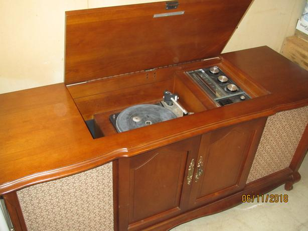 ELECTROHOME DEILCRAFT STEREO CABINET RECORD PLAYER