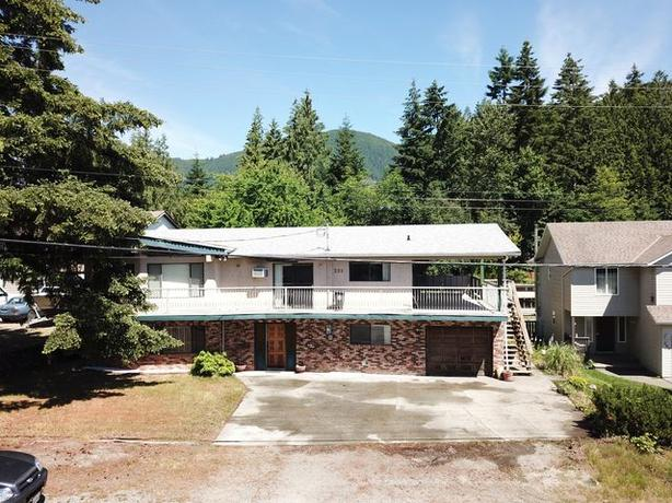 SPACIOUS FAMILY HOME WITH 1 BEDROOM SUITE IN LAKE COWICHAN !